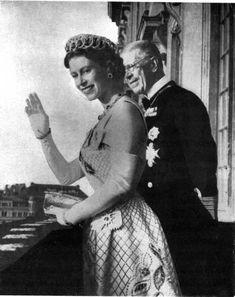 1956, Queen Elizabeth, wearing the emerald Vlad, in Sweden with King Gustaf VI Adolf