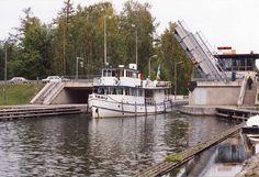 vaaksy finland   Moottorialus Taru tulossa sulkualtaasta nostosillan ali ja menossa ...