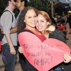 Manifestantes fazem beijaço na avenida Paulista (região central de São Paulo) contra o pastor Marco Feliciano (PSC-SP)