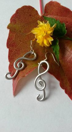 This gorgeous pair of earring in treble clef, was made of aluminum wire, silver color. Other colors are available in my shop. Personalized Jewelry, Silver Color, Crochet Earrings, Make It Yourself, Boutique, Handmade, Etsy, Boucle D'oreille, Locs