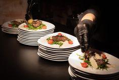 Was kostet das Catering für die Hochzeit? Wir zeigen euch Möglichkeiten, Kosten und Preise, sowie Einsparpotential für eure Hochzeitsfeier. Mojito, Buffet, Delicious Food, Catering, Desserts, Good To Know, Wedding Cake, Celebration, Yummy Food