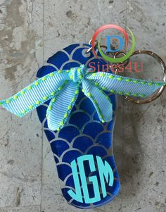 Ready for summer? This monogrammed flip flop keychain is the perfect gift for all occasions or get one for yourself. #dsines4u #keychain #personalizedgift #flipflop #monogram #acrylic #gift