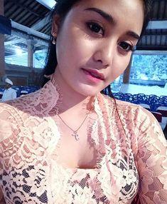 Sembahyang dumun 😇😇 I 💗 Balinese Girls Beautiful Asian Women, Beautiful Boys, Simply Beautiful, Beauty Full, Asian Beauty, Bali Girls, Spanish Dress, Muslim Women Fashion, Indonesian Girls