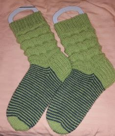 Pakkoneuloosia lankojen, kissojen, pikku prinssin keskellä: Wellenmusterit aikuiselle Knitting Socks, Fashion, Knit Socks, Moda, Fashion Styles, Sock Knitting, Fashion Illustrations, Fashion Models