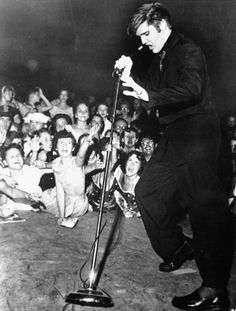 75 Geeky Facts You Might Not Know About Elvis Presley Elvis Presley Facts, Elvis Presley Photos, Roy Orbison, Johnny Cash, Mississippi, Charlie Chaplin Movies, Tennessee, Scotty Moore, Paramount Theater
