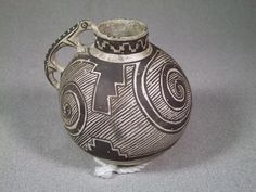 Exceptional and rare black on white effigy with lizard handle decorated with swirls and geometric design. Native American Masks, Native American Pottery, Ceramic Pottery, Pottery Art, Pottery Designs, Pottery Ideas, Southwest Pottery, Pueblo Pottery, Indian Artifacts