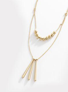 Collar compuesto por doble cadena con colgantes, elaborado en 4 baños de oro de 18 kt. Es una joya diferente y única que refleja perfectamente tu estilo. Lúcelo mejor con los aretes 116352. Largo 40 cm + 8 cm de extensión. Modelo: 116354