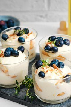 Un tiramisu léger grâce au goût du citron, un hit assuré! #tiramisu #léger #myrtilles #citron #limoncino Cheesecake, Pudding, Desserts, Food, Queso Blanco, Raspberry, Recipe, Tailgate Desserts, Deserts