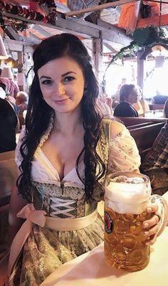 German Girls, German Women, Octoberfest Girls, Drindl Dress, Curvy Celebrities, European People, Oktoberfest Outfit, Beer Girl, High Heels