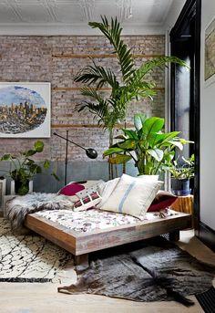 Brick wall, plants and wood #Trends2017 #hogarhabitissimo