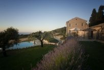 Charming agriturismo on a hill in the Marche, with sea view