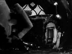 Secuencia inicial de la película Ciudadano Kane en donde hay un plano detalle de la boca de Orson Wells pronunciando la palabra que se convierte en el McGuffin de la película. El plano detalle le da gran importancia al evento de pronunciar la palabra Rosebud que genera gran interés y curiosidad, al punto de genera una investigación sobre la vida del Ciudadano Kane
