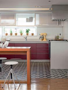Flavio Henry e Rita Enz, da HE Arquitetura, optaram por placas da Ladrilar na cozinha. Como o ambiente é integrado, o piso foi combinado com o taco de peroba da sala.
