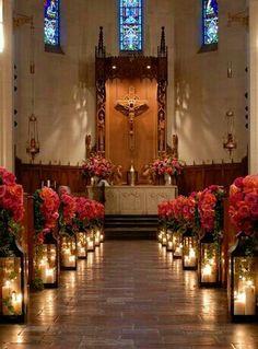 Rosas vermelhas na decoração da igreja
