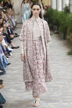 See the complete Luisa Beccaria Spring 2017 Ready-to-Wear collection.