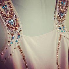 Bordados en tirantes de un vestido