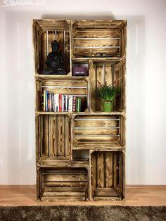Knihovna z dřevěných opalovaných bedýnek - obrázek číslo 1