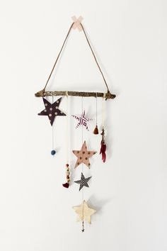 Maak van een houten tak een gezellige hanger. Voor boven het bed, aan de kast of aan de muur.