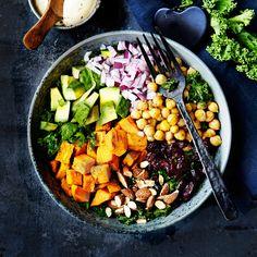 Rainbow bowl med kikärtor, sötpotatis och grönkål. Clean Eating Snacks, Healthy Eating, Healthy Food, Sushi Bowl, Poke Bowl, Tahini, Cobb Salad, Love Food, Curry