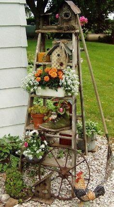 Idée récup pour votre jardin : Avec un vieil escabeau, faites une belle pyramide de fleurs, accrochez quelques objets récup insolites et voilà une belle idée déco pour le jardin.