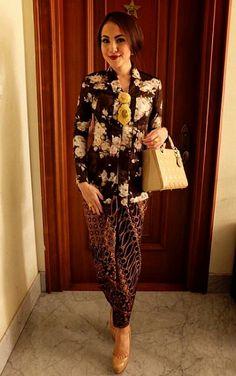 Designer Clothes, Shoes & Bags for Women Kebaya Hijab, Kebaya Dress, Batik Kebaya, Batik Dress, Lace Dress, Kimono, Kebaya Brokat, Blouse Batik, Traditional Fashion