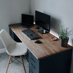 Every week our team in gillde gather some Super Awesome Setups and Workspaces for designer and developers to get inspirations for your Setups. Home Office Setup, Desk Setup, Home Office Space, Home Office Desks, Office Decor, Bedroom Setup, Game Room Design, Workspace Inspiration, Desk Inspo