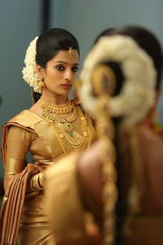 Traditional South Indian Bride in Golden Saree with Gold Jewelry and Jasmine Flowers. Hindu Girl, Hindu Bride, Marathi Bride, Desi Wedding, Saree Wedding, Wedding Bride, Wedding Dress, India Wedding, Tamil Wedding