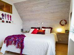 Jugendzimmer-mit-Dachschräge-Weiße-Bettdecke-Holz-Wand-Verkleidung