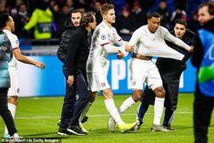 OL : retour sur les altercations entre Marcelo et les fans - Sport. Fans, Football, Soccer, Sports, Ol, Champions League, Hs Sports, Futbol, Futbol