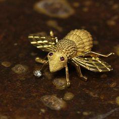 Hap-beeeeee Friday everyone! ☀️ #bee #antique #pin #jewelry #lovegold #diamond #ruby #texture #appraisal