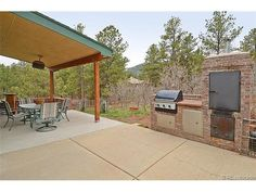 Back patio w/outdoor kitchen