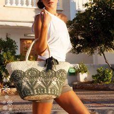 Trendy Beachwear for the Summer - Capazo decorado con ganchillo - Flashmode Middle East Crochet Handbags, Crochet Purses, Creation Couture, Basket Bag, Summer Bags, Knitted Bags, Luxury Bags, Purses And Handbags, Bag Making