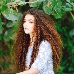 Pelo rizado largo. Color de pelo precioso! Puedes conseguir este tono con la coloración para pelo rizado y afro de www.sofiablack.com