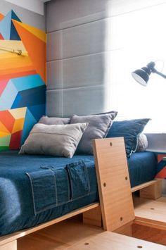 Neste quarto pequeno, o piso é cheio de espaço de armazenamento -- tudo para ampliar a área.