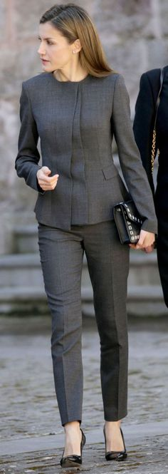 Omg i have this suit! May 2017 - Queen Letizia attends Journalism and Language Seminar - suit by Hugo Boss, shoes by Carolina Herrera, clutch by Uterque Casual Work Outfits, Professional Outfits, Office Outfits, Work Attire, Business Mode, Business Outfits, Business Fashion, Office Fashion, Work Fashion
