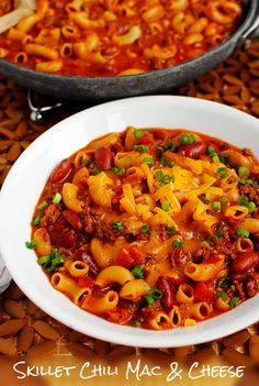 Skillet Chili Mac & Cheese is hearty, quick, and easy - Yum. Used whole grain pasta. Cut pasta/broth in half. Only used of cheese. 6 servings at 450 calories per serving. Pasta Recipes, Beef Recipes, Dinner Recipes, Cooking Recipes, Healthy Recipes, Recipies, Easy Cooking, Skillet Chili Mac, Skillet Meals