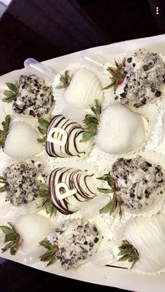 Alcohol Inused Strawberries With Initials / Covered In White Chocolate And Cookies And Cream Chocolate Gifts, Homemade Chocolate, Melting Chocolate, Chocolate Coverd Strawberries, Strawberries And Cream, Strawberry Sweets, Strawberry Ideas, Pumpkin Crisp, Colors