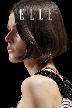 Chanel macht die klassischeBob-Frisur mit 90er-Appeal zum Frisuren-Trend im Herbst 2021. Wie man ihn stylt, auf Elle.de! #beauty #haut #hautpflege #skincare
