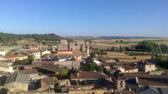 Castillo de Trigueros del Valle con el pueblo a sus pies. Vista desde la ermita.