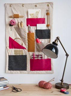 Um painel de pano com bolsinhos pra você guardar seus pertences. Ideal pra quem tem ateilê. ♥