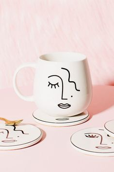 Bring thoughtful curation and touches of monochrome to your kitchen with this Abstract Faces mug. Minimalist modern meets geometric face shapes, ideal for those who appreciate the impact of simplicity. L8 x W8 x H9.5 cm Pottery Painting Designs, Paint Designs, Mug Designs, Mug Drawing, Face Line Drawing, Ceramic Painting, Ceramic Art, Geometric Face, Painted Pots