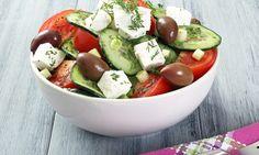 Genießen wie in Griechenland: Das Rezept für griechischen Salat besteht aus leckeren Oliven, Zwieblen und würzigem Schafskäse. Wir wünschen einen guten Appetit!
