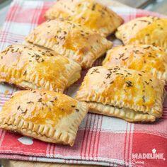 Dupa succesul fantastic alplacintelelor dulci din aluat fraged, am facut si variantaRead more... Hand Pies, Empanadas, Ricotta, Mozzarella, Cooking Recipes, Bread, Cheese, Food, Fine Dining