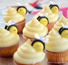 Makeaa murmelin täydeltä: Sitruunakuppikakut tuorejuustokreemillä ja mehiläiskoristeilla Lemon Cupcakes, Mini Cupcakes, I Love Food, Baking, Desserts, Recipes, Party Ideas, Decorating, Blog