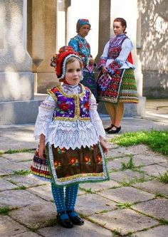 A MAGYARSÁG A MAG NÉPE: Magyar hímzések és motívumok kincsestára - A magyar hímzés We Are The World, People Of The World, Traditional Fashion, Traditional Dresses, Beautiful Children, Beautiful People, Costumes Around The World, Art Populaire, Hungarian Embroidery