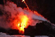 Vulcão Kilauea começou a jogar lava no oceano no sábado (Foto: Hugh Gentry/Reuters)