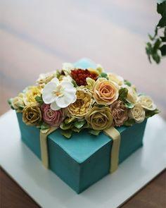 """531 Likes, 5 Comments - Buttercream flower cake 버터크림케익 (@kissthecake72) on Instagram: """"Buttercream flowercake...giftbox style #buttercream #butter #buttercreamflowers #flowers #flower…"""""""