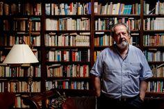 """José Pacheco Pereira mostra quatro das cerca de quinze salas do seu arquivo. Trata-se da primeira reportagem multimédia em 360 graus do Expresso, que permite """"passear"""" com o historiador, que também assina o texto. Um trabalho pioneiro em Portugal, que """"dá a imagem 'borgeana' da biblioteca universal, ou daquilo que eram no passado os 'gabinetes de curiosidades', que coloca visualmente este arquivo e biblioteca numa linha de combate contra a usura do tempo, que é a da Memória"""". ..."""
