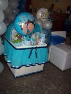 Cardboard box + Crepe paper= a very cute crib for your baby shower presents. Regalo Baby Shower, Baby Shower Niño, Baby Shower Brunch, Baby Shower Winter, Baby Shower Gender Reveal, Baby Winter, Baby Shower Themes, Shower Ideas, Recuerdos Baby Shower Originales