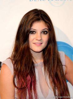 Kylie Jenner pintó las puntas de su cabello castaño contrastándolas con el  color de sus ojos 71e3d23bc5ae